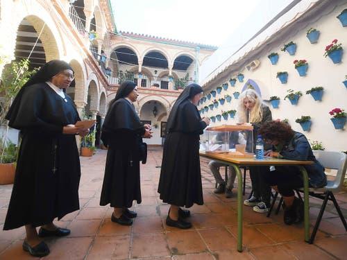 Nonnen bei der Stimmabgabe in Cordoba. (Bild: KEYSTONE/EPA EFE/RAFA ALCAIDE)