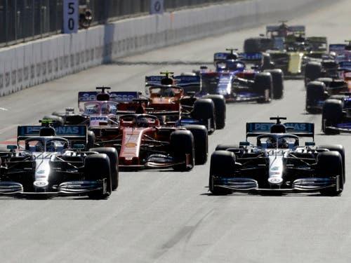 Der Start brachte einmal mehr bereits die Entscheidung. Valtteri Bottas (vorne links) behauptet sich gegen Lewis Hamilton im anderen Mercedes (Bild: KEYSTONE/AP/SERGEI GRITS)