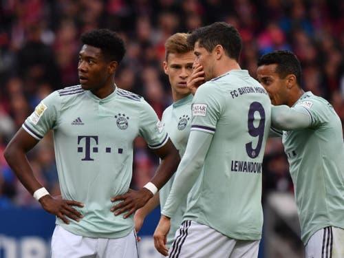 Die Spieler von Bayern München sind nach dem Gegentreffer konsterniert (Bild: KEYSTONE/EPA/PHILIPP GUELLAND)