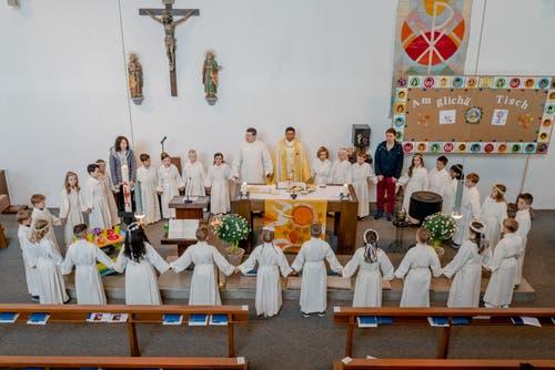 Unter dem Motto «Am glichä Tisch» bildeten die Erstkommunikanten in der Kirche Bruder Klaus einen Kreis. (Bild: Roger Lustenberger, Altdorf, 28. April 2019)