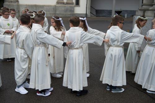 Die Kinder reihen sich auf für den Einzug in die Kirche. Bild: Dominik Wunderli (Eschenbach, 28. April 2019)