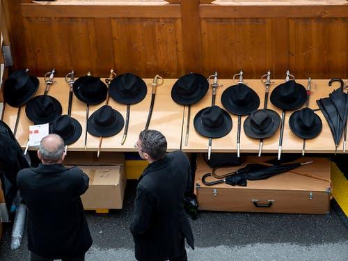 Die «Seitengewehre» der Standeskommission werden während der Landsgemeinde bewacht.(KEYSTONE/Christian Merz).. (Bild: Keystone/CHRISTIAN MERZ)