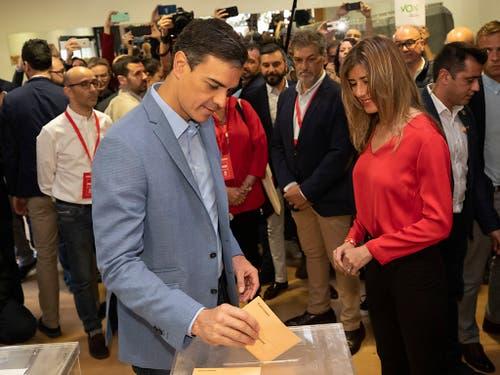 Ministerpräsident Pedro Sánchez gibt seine Stimme in Pozuelo de Alarcon ab. (Bild: KEYSTONE/AP/BERNAT ARMANGUE)