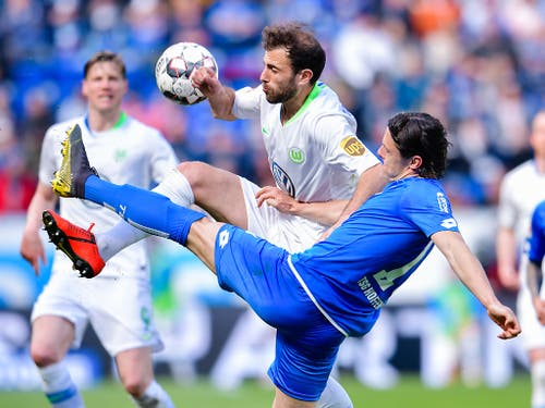 Admir Mehmedi wirft sich in den Zweikampf mit Nico Schulz (Bild: KEYSTONE/dpa/UWE ANSPACH)