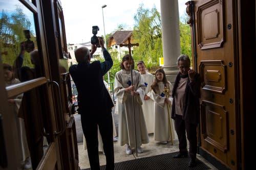 Dann geht es los: Die Erstkommunikanten ziehen in die Kirche ein. Bild: Dominik Wunderli (Eschenbach, 28. April 2019)
