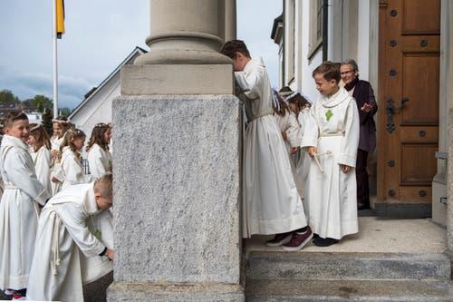 Die Erstkommunikanten in Eschenbach machen sich bereit für ihren grossen Tag. Bild: Dominik Wunderli (Eschenbach, 28. April 2019)