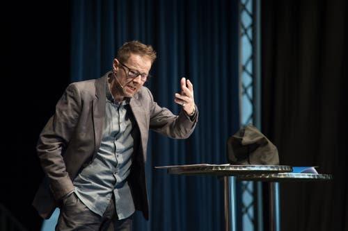 Der Kabarettist Bänz Friedli preist Emil Steinberger in seiner Laudatio als einen, «der eine eigene Kategorie Kunst geschaffen hat». (Bild: Pius Amrein, Luzern, 29. April 2019)