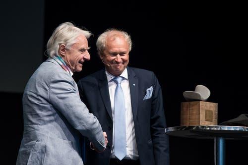 Emil Steinberger und Regierungsrat Paul Winiker bei der Preisübergabe. (Bild: Pius Amrein, Luzern, 29. April 2019)