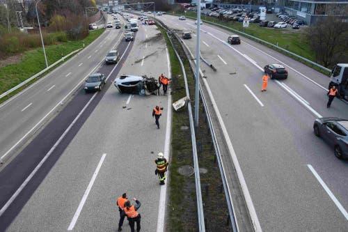 Die Unfallstelle bei der Autobahnausfahrt Neudorf. (Bilder: Kantonspolizei St.Gallen - 3. April 2019)