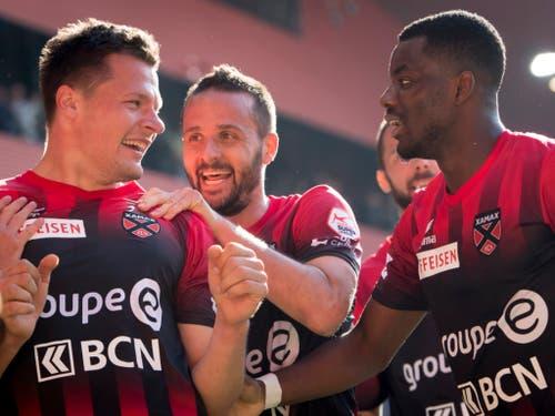 Marcis Oss, Oldie Raphaël Nuzzolo und Afimico Pululu (von links): Aufgeräumte Stimmung in einer punktebedürftigen Mannschaft (Bild: KEYSTONE/LAURENT GILLIERON)