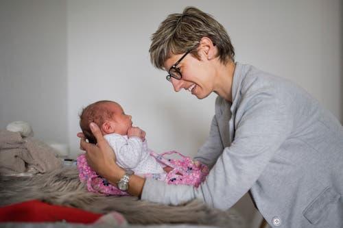 Manuela Steiner plaudert oft mit dem Baby – und will damit ein Vorbild für Eltern sein.