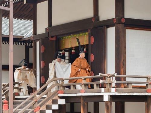 Der japanische Kaiser Akihito dankt ab. Der 85 Jahre alte Monarch führte am Dienstag in den Schreinen seines Palastes religiöse Riten aus - gekleidet in die moderne Version einer jahrhundertealten höfischen Tracht aus goldbrauner Robe und hoch aufragender schwarzer Kopfbedeckung. (Bild: KEYSTONE/EPA IMPERIAL HOUSEHOLD AGENCY/IMPERIAL HOUSEHOL)
