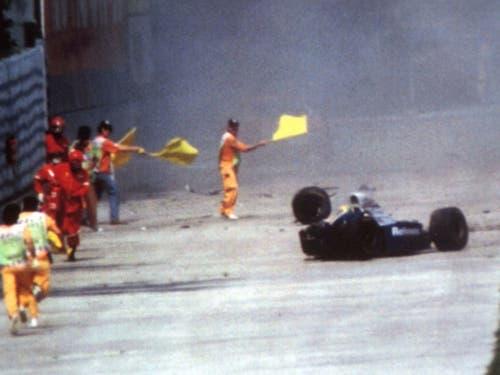 Offizielle rennen zum Unfallauto, Ayrton Senna war mit spitzem Winkel in die Betonmauer geprallt (Bild: KEYSTONE/AP/PESCI)