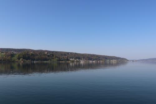 Mit dem Schiff geht es von Ermatingen die Küste entlang: Blick auf das Thurgauer Ufer. (Bild: Marlen Hämmerli)