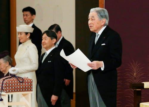 Kaiser Akihito, links sieht man die Kronprinzessin Masako. (Bild: KEYSTONE/AP Japan Pool)