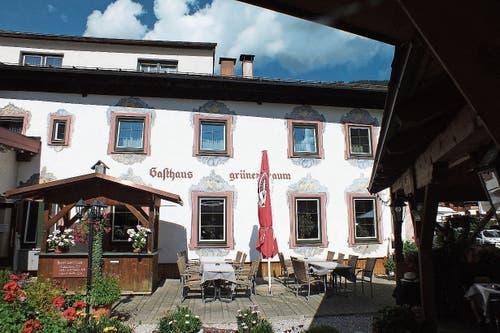 Nach dem Wandern stärkt man sich mit deftigen Tiroler Genüssen.