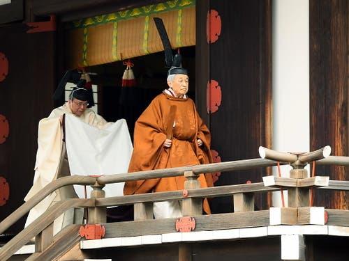 Der 85 Jahre alte Monarch Akihito hat am Dienstag bei einer feierlichen Zeremonie seine Abdankung eingeleitet. (Bild: KEYSTONE/EPA JIJI PRESS)
