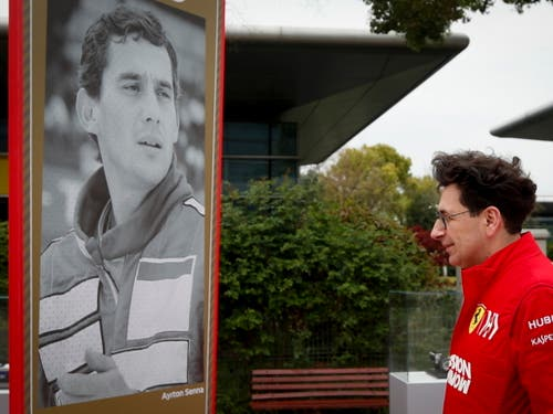 Ferrari-Teamchef Mattia Binotto hält vor dem Erinnerungsposter an Ayrton Senna anlässlich des 1000. Formel-1-GPs am 11. April in Schanghai inne (Bild: KEYSTONE/EPA/DIEGO AZUBEL)
