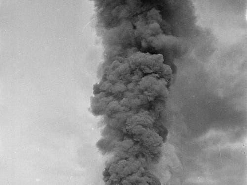 Eine hohe Rauchsäule stieg nach der Explosion in der «Pulveri» auf. Es entstand ein Sachschaden von mehr 8 Millionen Franken. (Archivfoto) (Bild: KEYSTONE/STR)