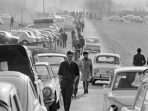 Katastrophen-Tourismus vor 50 Jahren: Grosser Andrang von Schaulustigen nach der Explosion. (Bild: KEYSTONE/STR)