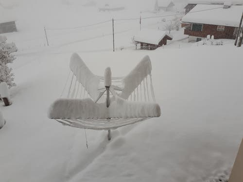 Schnee umhüllt den Wäscheständer. (Bild: Maria Infanger-Steiner, Melchtal, 4. April 2019)