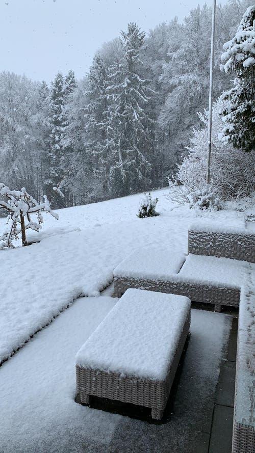 Auch auf dieser Terrasse schaut noch einmal der Winter vorbei. (Bild: Leserreporter, Schlierbach, 4. April 2019)