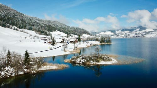 Schnee am Ägerisee. (Bild: Peter Bumbacher, Neselen, 5. April 2019)
