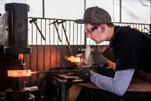 An einem Messer arbeitet Wiesner bis zu 30 Stunden. (Bild: Eveline Beerkircher, Escholzmatt, 4. April 2019)