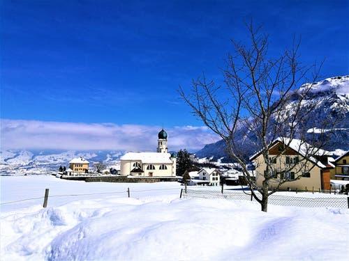 Seelisberg im Winterkleid bei blauem Himmel und einigen Restwolken. (Bild: Urs Gutfleisch, 5. April 2019)