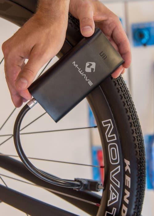 Accessoires von Kopf bis Pedal: Ausser-Puste-geraten beim Velopumpen ist vorbei: Die elektronische Pumpe M-Wave besorgt dies dank Akku im Handumdrehen und ist erst noch sehr kompakt.