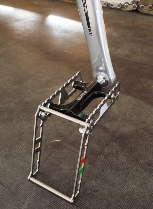 Besitzer von puristischen Stadträdern scheuen sich, die Optik mit einem Ständer zu «verunstalten». Veloimporteur Patrik Frossard hat einen Mini-Ständer zur Montage an ein Pedal entwickelt.