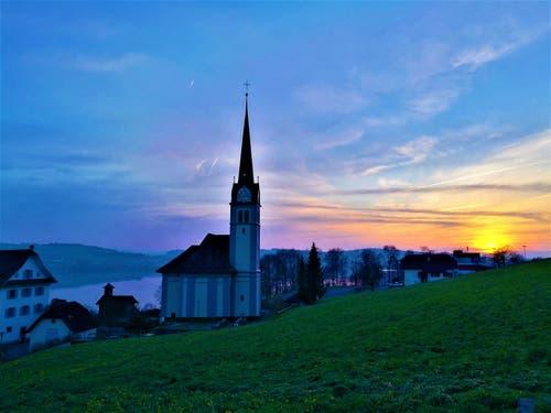 Farbliche Abendstimmung beim Sonnenuntergang. (Bild: Urs Gutfleisch (Eich, 7. April 2019)