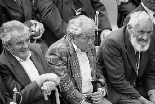 Den drei Senioren auf den Bänken scheint diese Entwicklung keine Freude zu bereiten. (Bild: 28. April 1991, Keystone/Str)