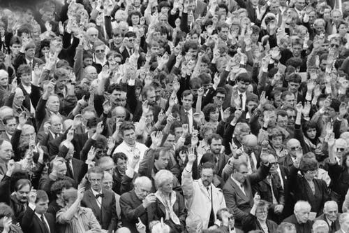 Auch gemeinsam: Abgestimmt wird traditionell per Handzeichen. (Bild: 28. April 1991, Keystone/Str)