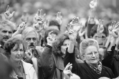 Etwa einen Drittel der anwesenden Stimmberechtigten machen die Frauen an der ersten gemeinsamen Landsgemeinde aus. (Bild: 28. April 1991, Keystone/Str)