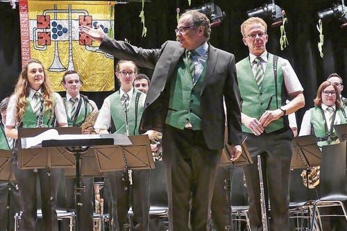 Dirigent Bruno Ritter und die Bernecker Blasmusikanten durften auf die gezeigte Leistung stolz sein: Am Frühjahrskonzert überzeugten sie das grosse Publikum in der MZH Bünt mit einem schönen, gelungenen Auftritt. (Bild: Bilder: Ulrike Huber)