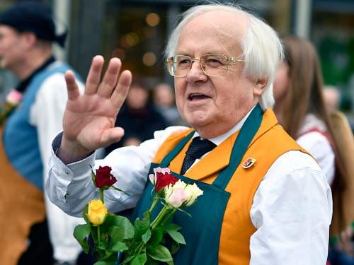 Fussball-Experte Gilbert Gress marschiert gut gelaunt am Sechseläuten-Umzug mit. Seine Heimatstadt Strassburg ist als Gast geladen. (Bild: KEYSTONE/WALTER BIERI)