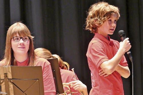 Die Jugendmusik trägt neu rote Poloshirts.