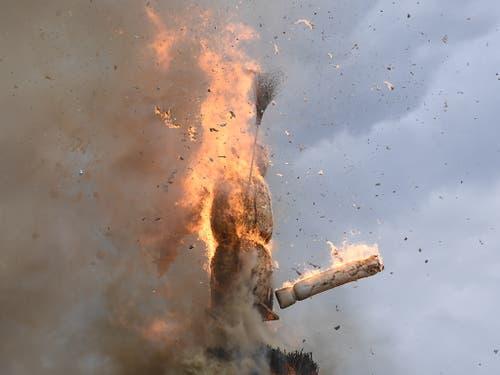 Der Böögg wird ein Opfer der Flammen. Nach 17 Minuten und 44 Sekunden verlor der Schneemann seinen Kopf. Dies lässt auf einen mittelprächtigen Sommer hoffen. (Bild: KEYSTONE/ENNIO LEANZA)