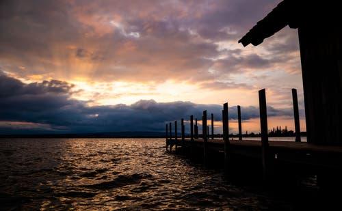 Sonnenuntergang über dem Zugersee. (Bild: Daniel Hegglin, Zug, 7. April 2019)