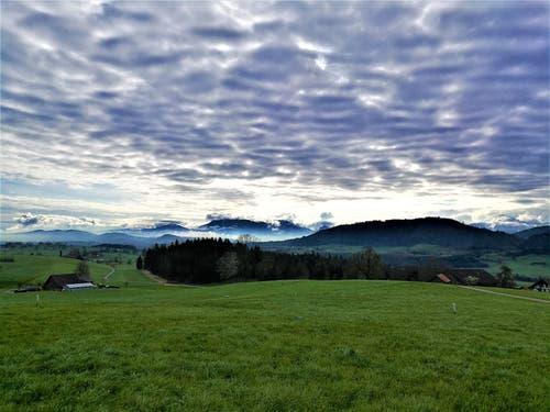 Wunderbare mystische Morgenstimmung mit den Schafswolken über dem Himmel. (Bild: Urs Gutfleisch, Malters, 8. April 2019)