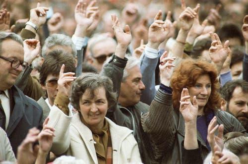 Nach jahrelangem Kampf und einem finalen Bundesgerichts-Verdikt im Jahr 1990 wird das Frauenstimmrecht auch im Halbkanton Appenzell Innerrhoden auf Gemeinde und Kantonsebene durchgesetzt. (Bild: 28. April 1991, Keystone/Str)