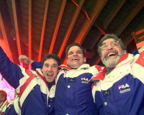 Jubeln auf der Spielerbank, noch bevor das Spiel abgepfiffen ist: EVZ-Trainer Sean Simpson (Mitte) mit EVZ-Präsident Fredy Egli (rechts). (Bild: Arno Balzarin/Keystone, Davos, 11. April 1998)