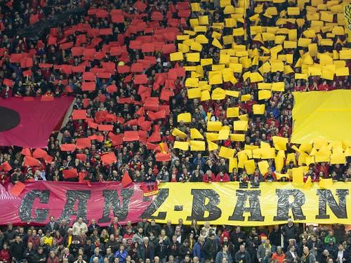 Die Berner Fans freuen sich auf den Einzug des SCB in den Playoff-Final gegen den EV Zug (Bild: KEYSTONE/PETER KLAUNZER)