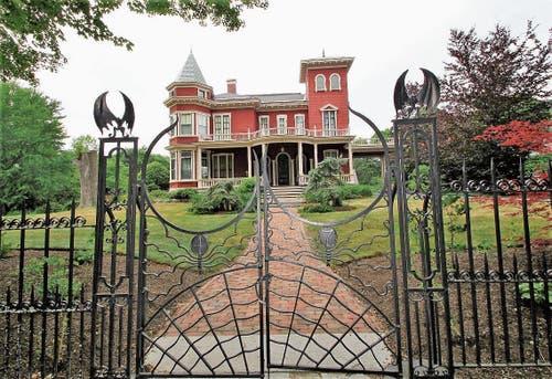 Der König des Horrors wohnt in dieser Villa mit Fledermauszaun. (Bild: Bilder: Roland Schäfli)