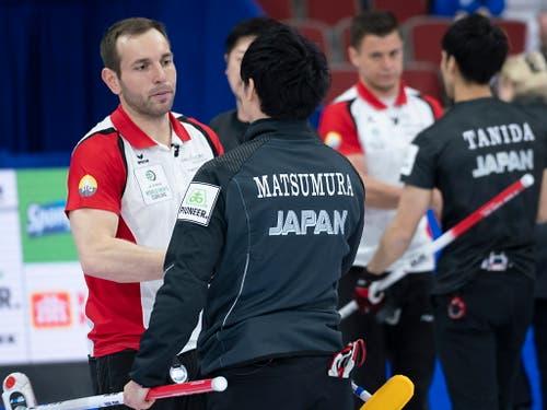 Sven Michel nimmt die Gratulationen des japanischen Skips Yuta Matsumura entgegen (Bild: KEYSTONE/AP The Canadian Press/PAUL CHIASSON)