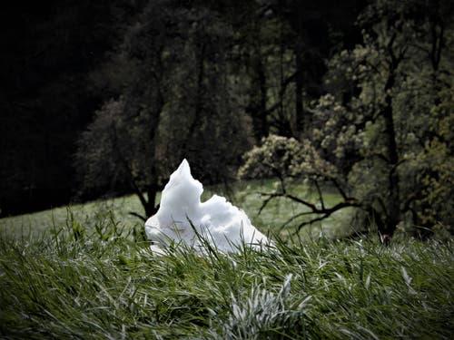 Fantasie kennt keine Grenzen; Gibt es tatsächlich Osterhasen aus Schnee? (Bild: Margrith Imhof-Röthlin, Gebiet Sonnmatt/Luzern, 8. April 2019)