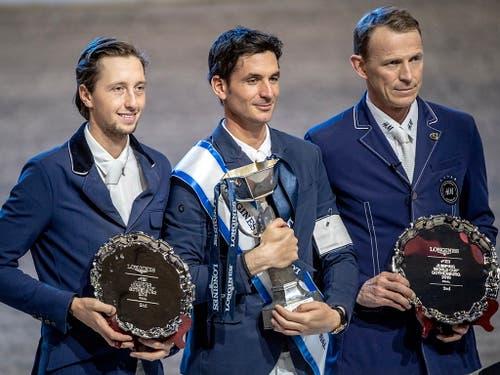 Der Sieger Steve Guerdat, umrahmt von Martin Fuchs (links) und Peder Fredricson. (Bild: KEYSTONE/EPA TT NEWS AGENCY/BJORN LARSSON ROSVALL)