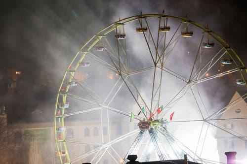 Das Feuer an der Sonnenstrasse tauchte das Riesenrad in dramatisches Licht. (Bild: Leserreporter - 9. April 2018)