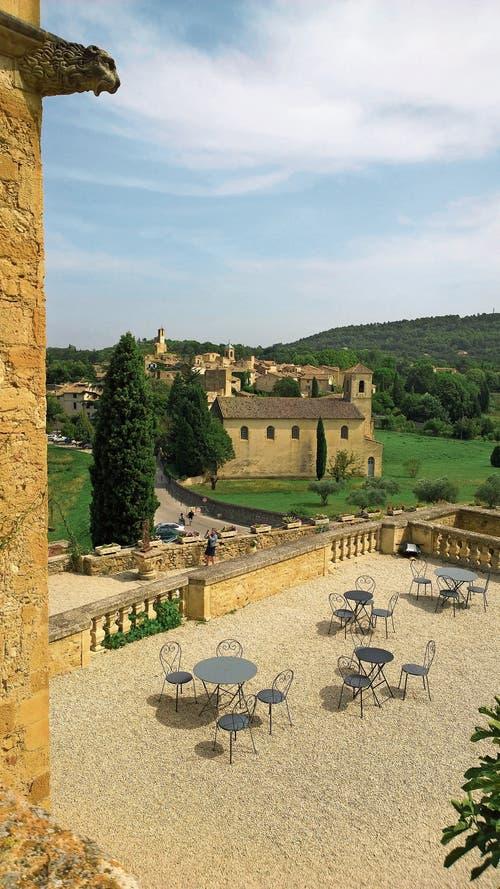 Lourmarin vom Schloss aus betrachtet: Es zählt zu den schönsten Dörfern Frankreichs und zog berühmte Künstler an.